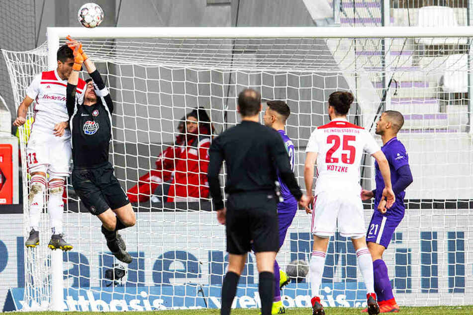 Foul oder doch nicht? Ingolstadts Dario Lezcano (l.) köpft FCE-Schlussmann Martin Männel den Ball aus den Händen.