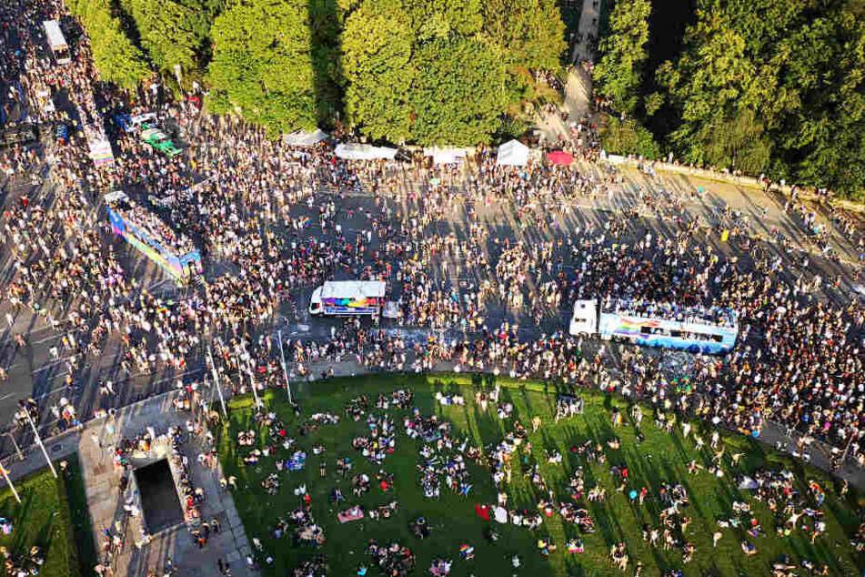 Teilnehmer der CSD-Parade ziehen auf dem Großen Stern im Tiergarten an der Siegessäule vorbei.