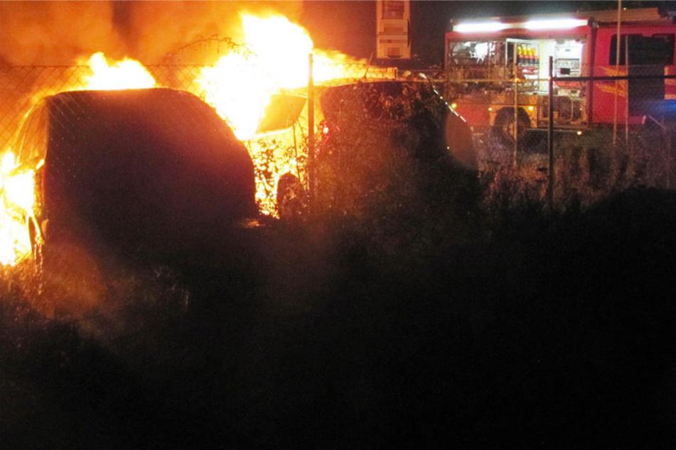 Immer wieder brennen in der Bankenstadt Autos in der Nacht (Symbolbild).