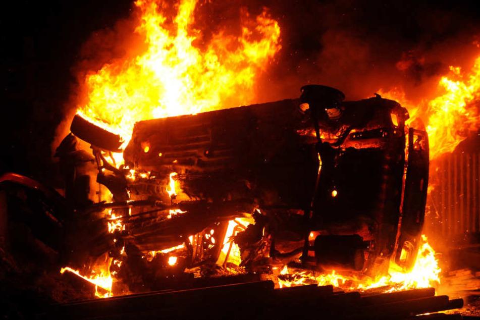 Der junge Mann konnte sich nicht mehr aus dem brennenden Wagen befreien. (Symbolbild)