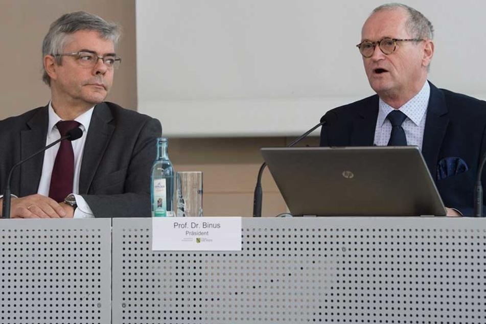 Karl-Heinz Binus (r.), Präsident des sächsischen Rechnungshofes, und Rechnungshofdirektor Peter Teichmann stellen den Jahresprüfbericht vor.