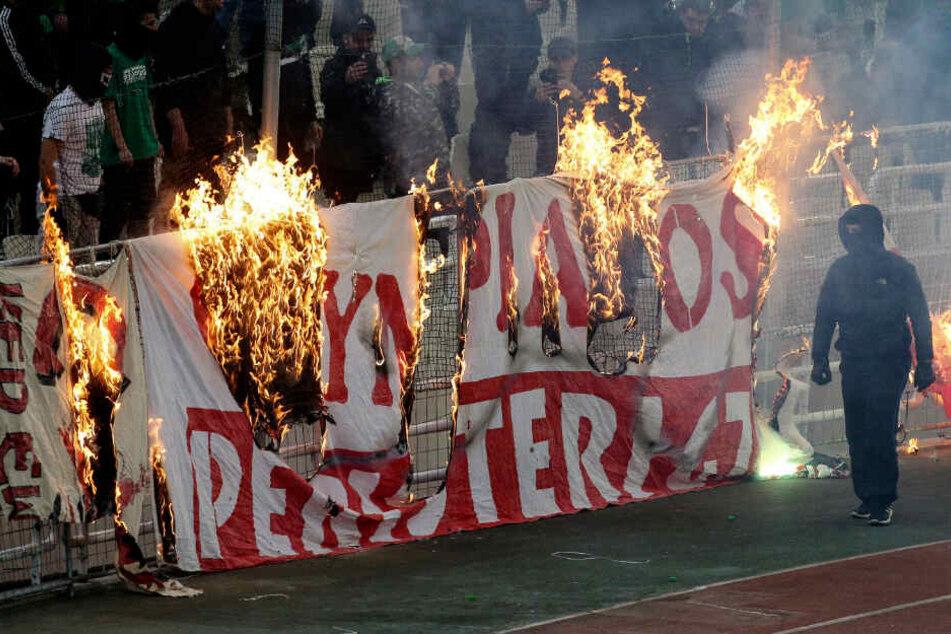 Vermummte haben beim UEFA Youth League Spiel des FC Bayern gegen Olympiakos Piräus Spieler und Fans der Münchner angegriffen. (Symbolbild)