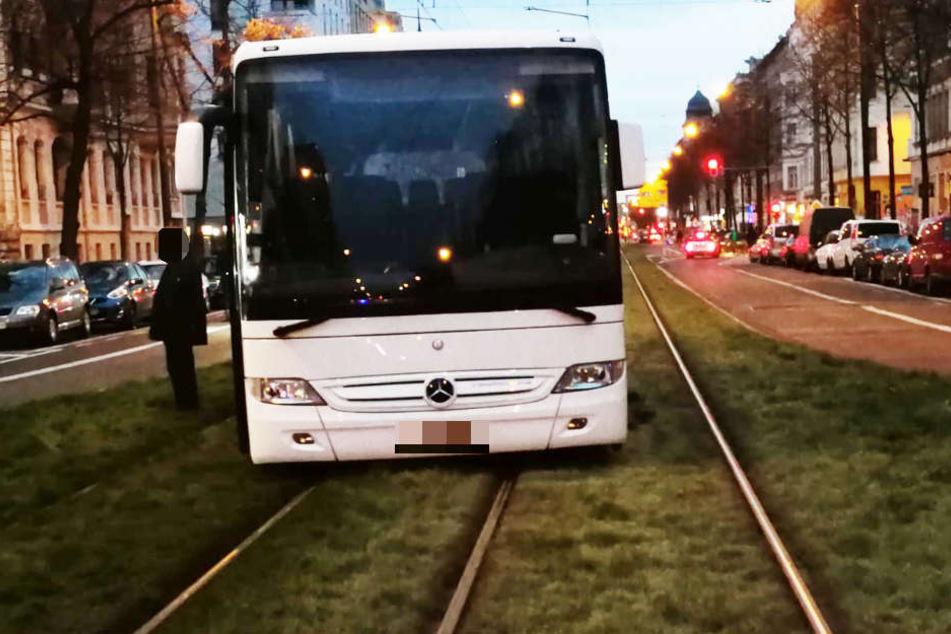 Der Reisebus war aus noch ungeklärter Ursache auf der Karl-Liebknecht-Straße in die Gleise geraten.