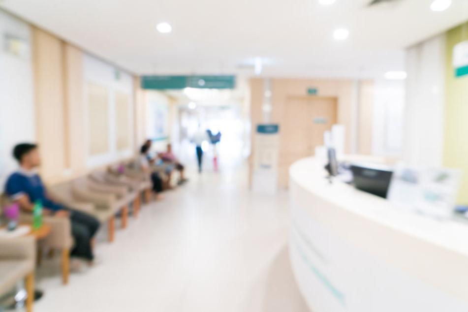 In der Notfallambulanz attackierte der Mann die Sanitäter. (Symbolbild)