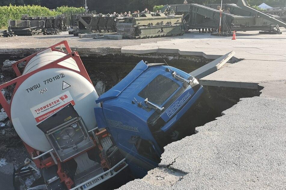 Die Wassermassen, die durch den Deilbach strömten, unterspülten Teile einer Straße und rissen Lastwagen in die Tiefe.