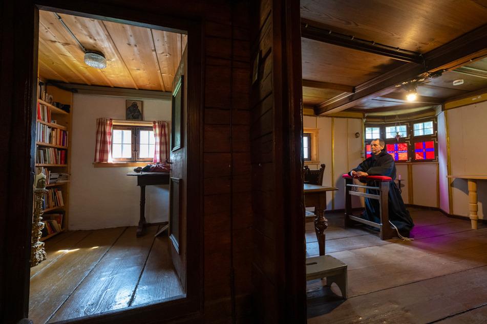Bruder Damian betet in seiner Kapelle. Links ist die Bibliothek zu sehen.