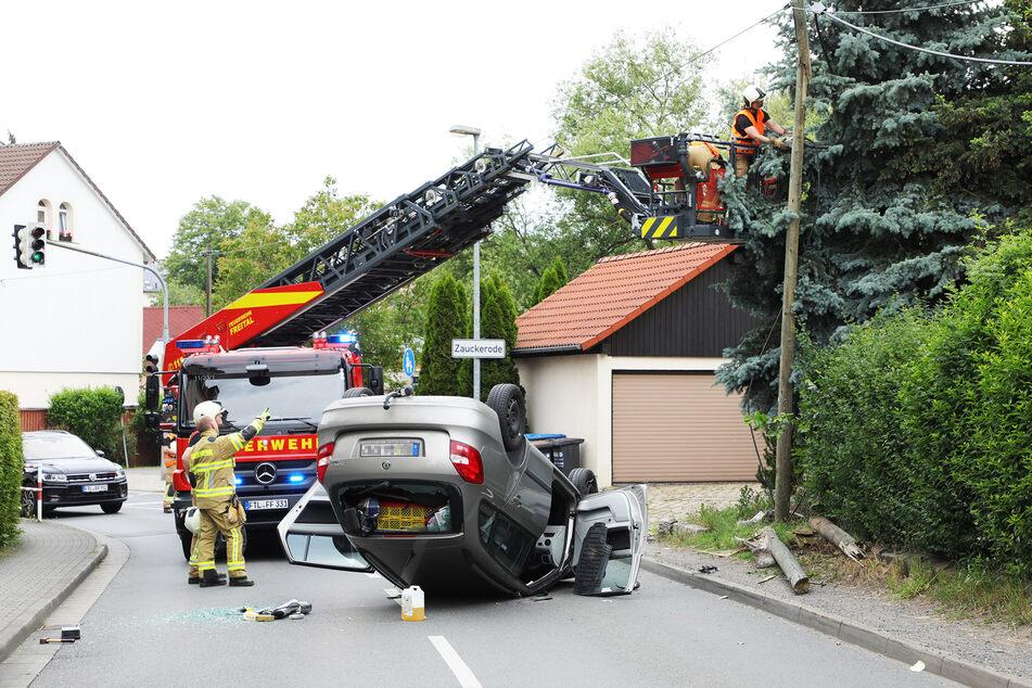 Die Feuerwehrleute sicherten die Telefonmasten.