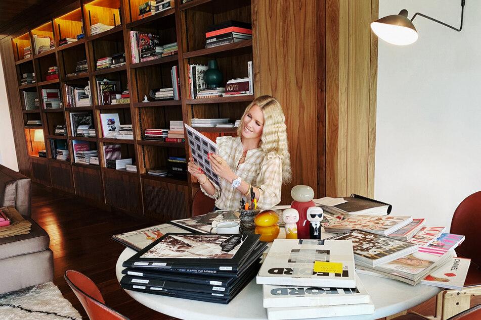 """Claudia Schiffer (51) im Sommer 2020 in Großbritannien bei der Vorbereitung der Ausstellung """"Captivate! Modefotografie der 90er"""" für das Düsseldorfer Museum."""