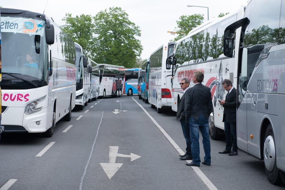 Bus an Bus. So sah es heute vor dem Landtag aus.