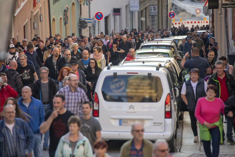 Hunderte Menschen auf den Straßen! Corona-Demos in Chemnitz und im Erzgebirge