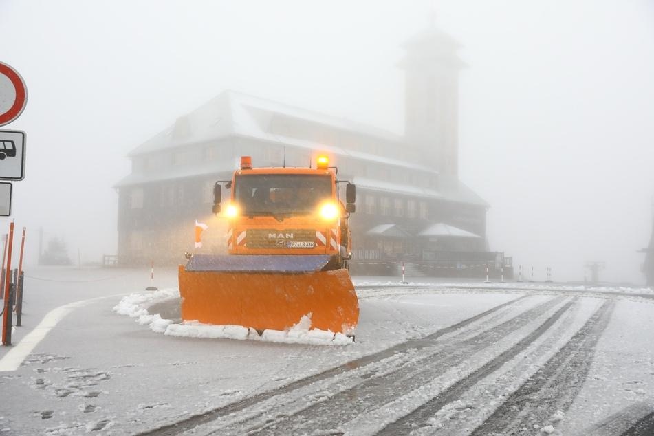 Auf dem Fichtelberg musste der Winterdienst anrücken. In der Nacht auf Mittwoch hatte es geschneit.