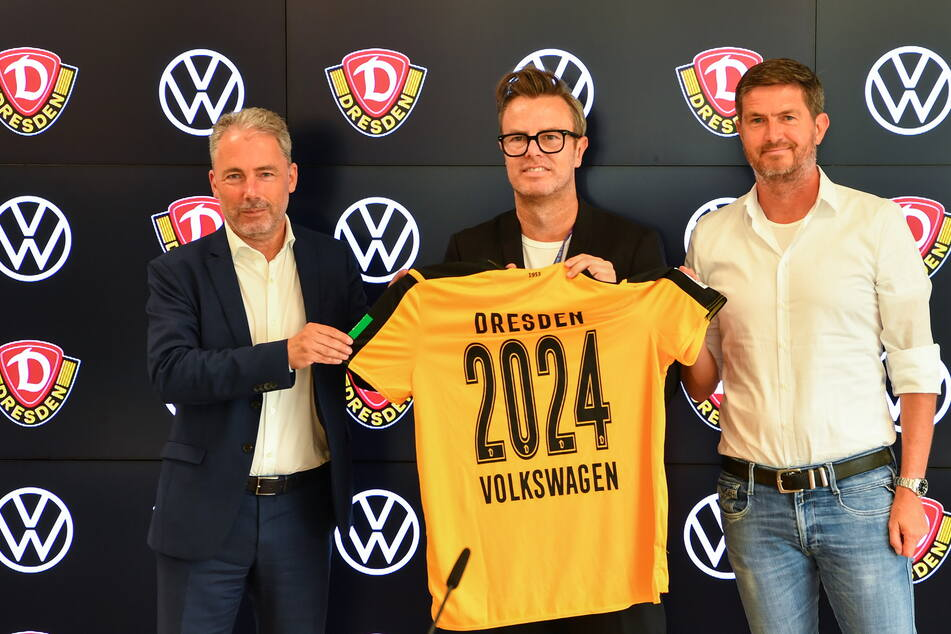 Dynamo verlängerte am Donnerstag die Partnerschaft mit VW bis 2024. Dresdens kaufmännischer Geschäftsführer Jürgen Wehlend (l., mit VW-Marketingchef Henning Schulzki (M.) und Sportgeschäftsführer Ralf Becker) erklärte gleichzeitig, dass Dynamo einem von der Flut zerstörten Behindertenheim helfen wird.
