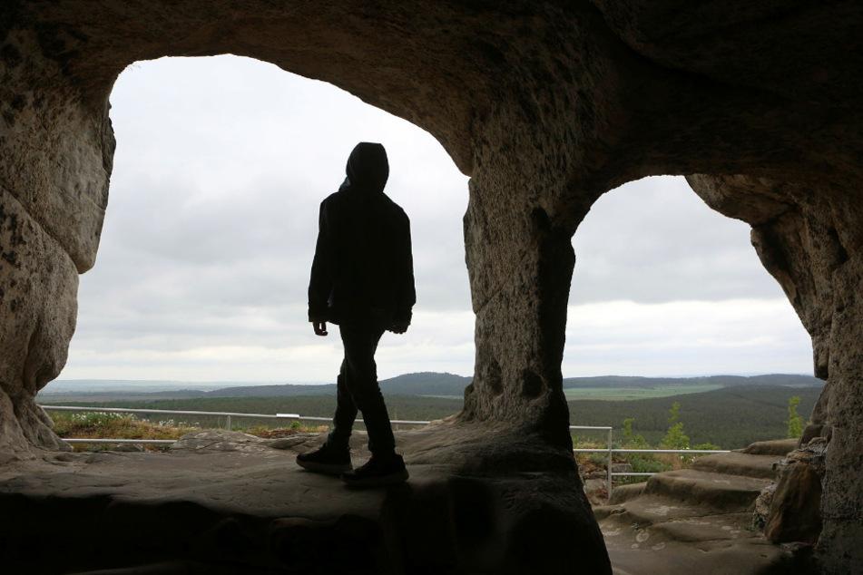 Tolle Aussicht durch die in Fels geschlagenen Öffnungen: So schaut man aus den steinernen Räumen der Burgruine heraus.