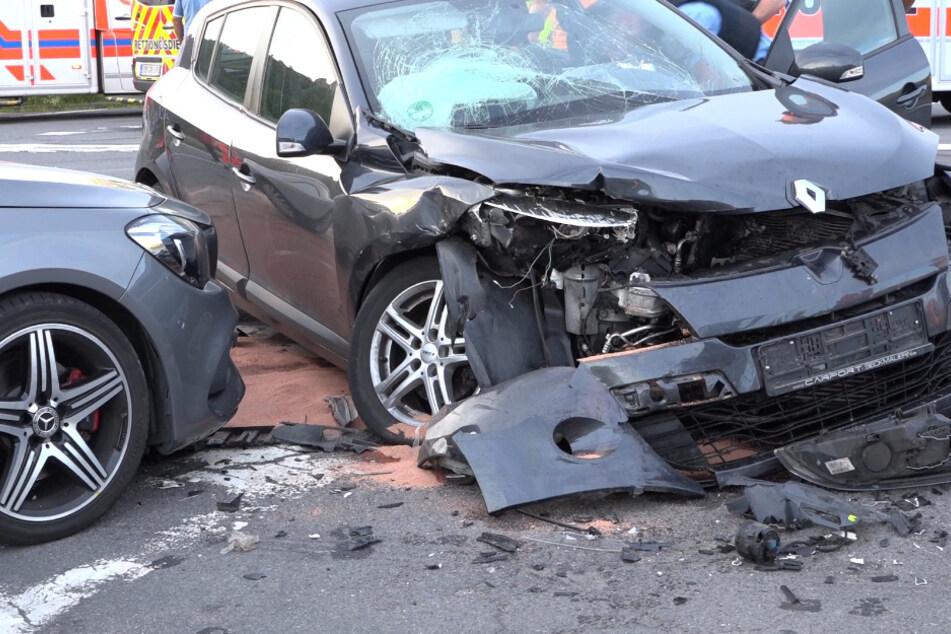 Autos krachen an Kreuzung ineinander: Mehrere Verletzte