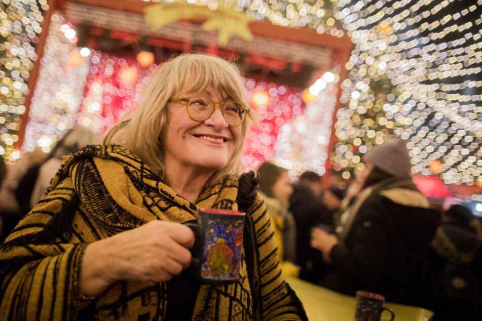 Alice Schwarzer (76) auf dem Weihnachtsmarkt am Kölner Dom.
