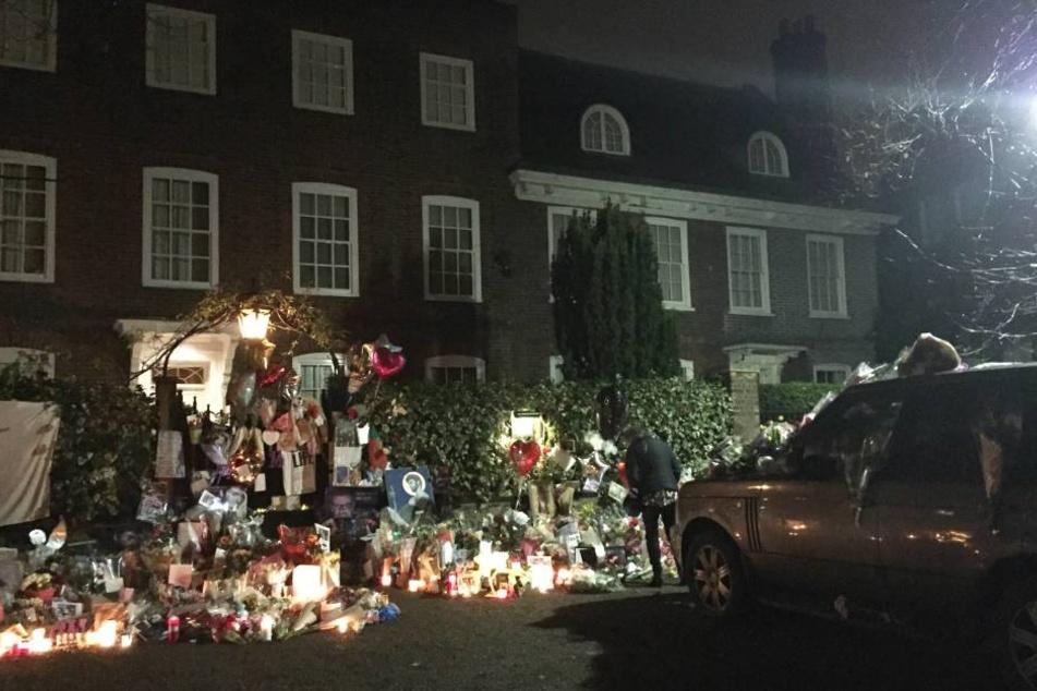 Die Fans legten eine Masse an Blumen und Kerzen vor dem Haus von Michael ab.