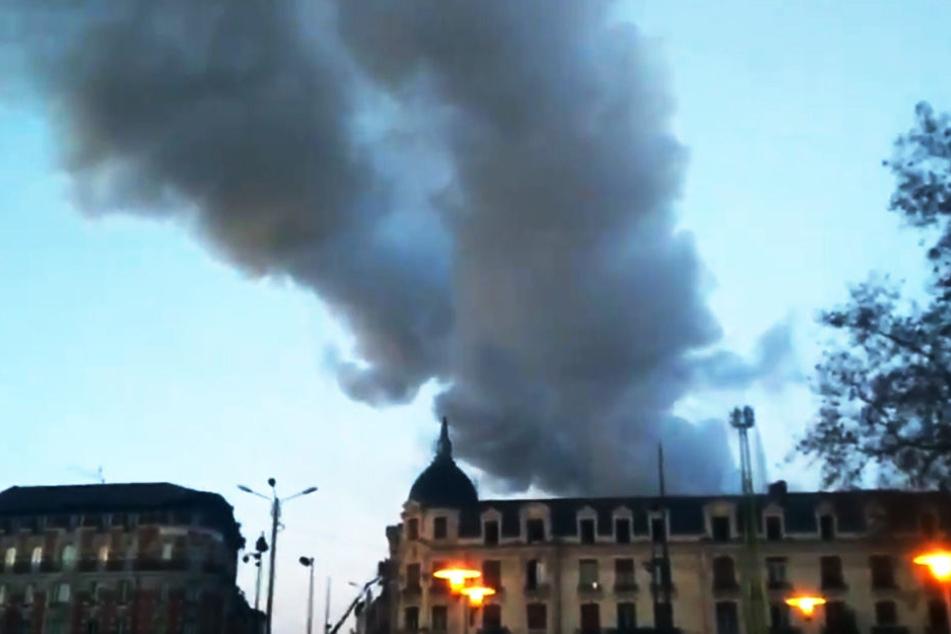Riesige Rauchwolke! Haus steht in Stadtzentrum in Flammen, 19 Verletzte