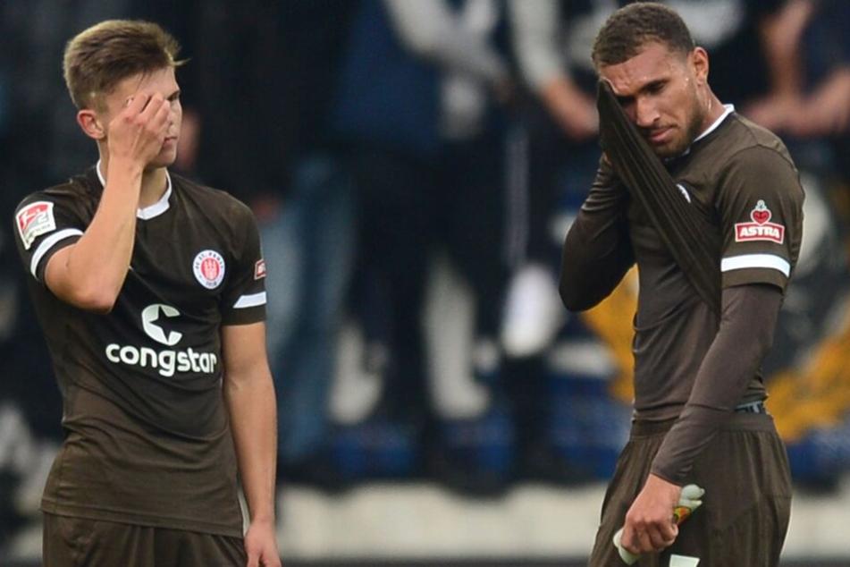 Hamburgs Finn Ole Becker und Kevin Lankford (r) reagieren nach dem Spiel.