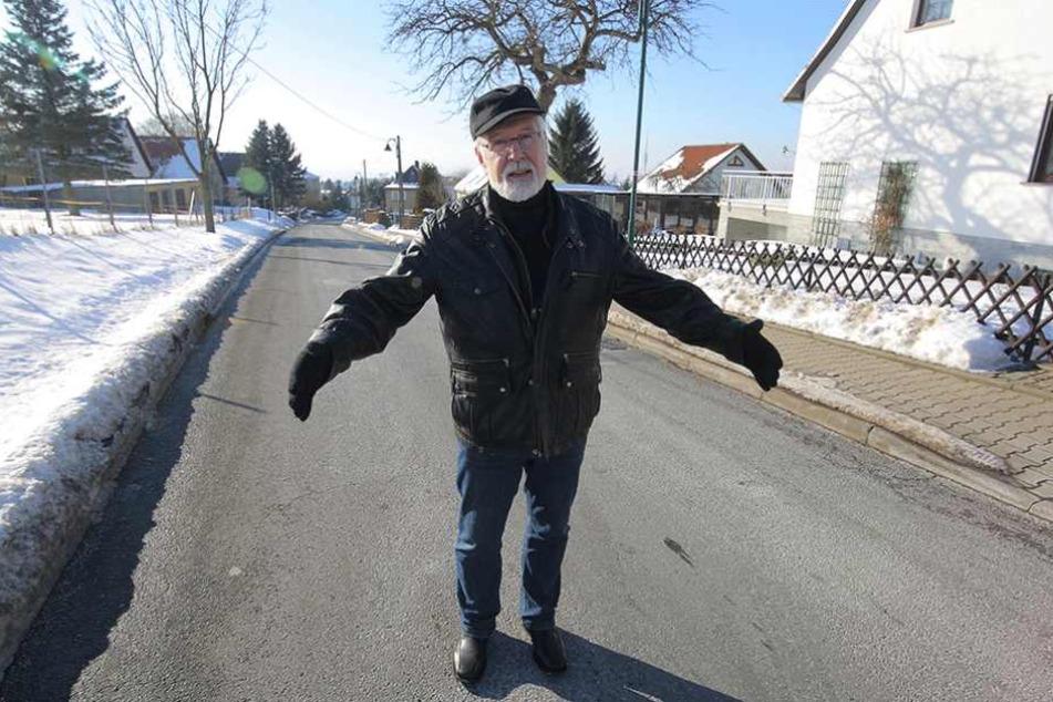 Weißigs Vize-Ortsvorsteher Hans-Jürgen Behr kämpft für die Beseitigung dieser Engstelle am Gönnsdorfer Berg. Schulbusse kommen dort regelmäßig in die Bredouille.
