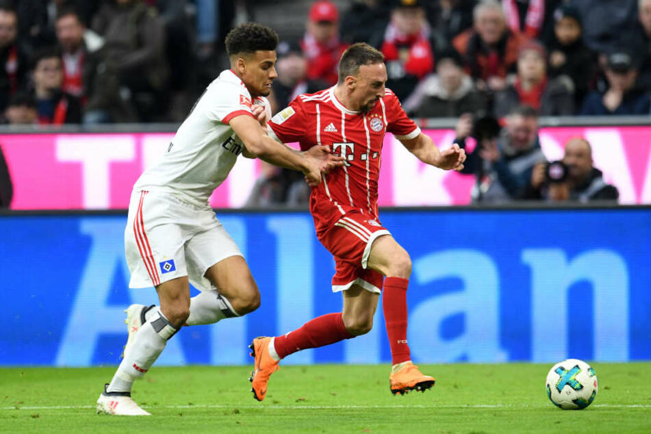 Josha Vagnoman im Zweikampf mit Bayerns Franck Ribéry.
