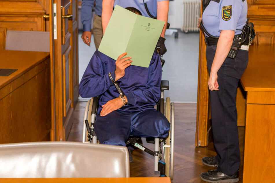 Ein Justizbeamter schiebt Ghassan T. in den Gerichtssaal. Die Anklage lautet auf Mord.