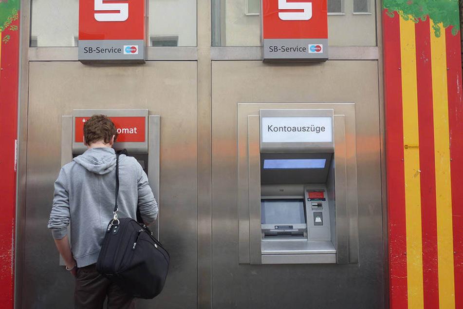 Die Zahl der Bankautomaten nimmt auch in Sachsen ab.