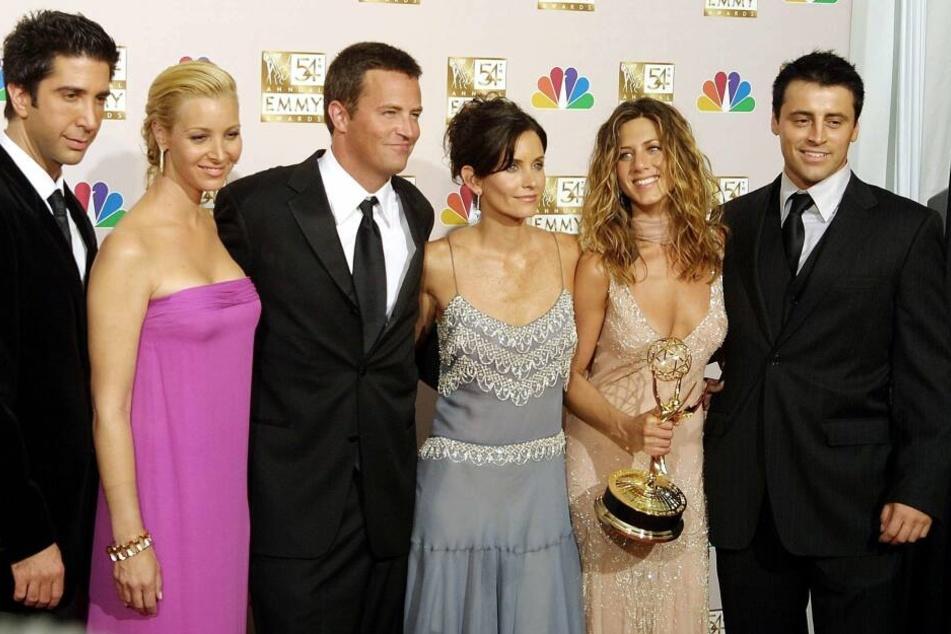 """David Schwimmer (l-r), Lisa Kudrow, Mathew Perry, Courtney Cox Arquette, Jennifer Aniston und Matt LeBlanc,bei den """"Emmys"""" 2002."""