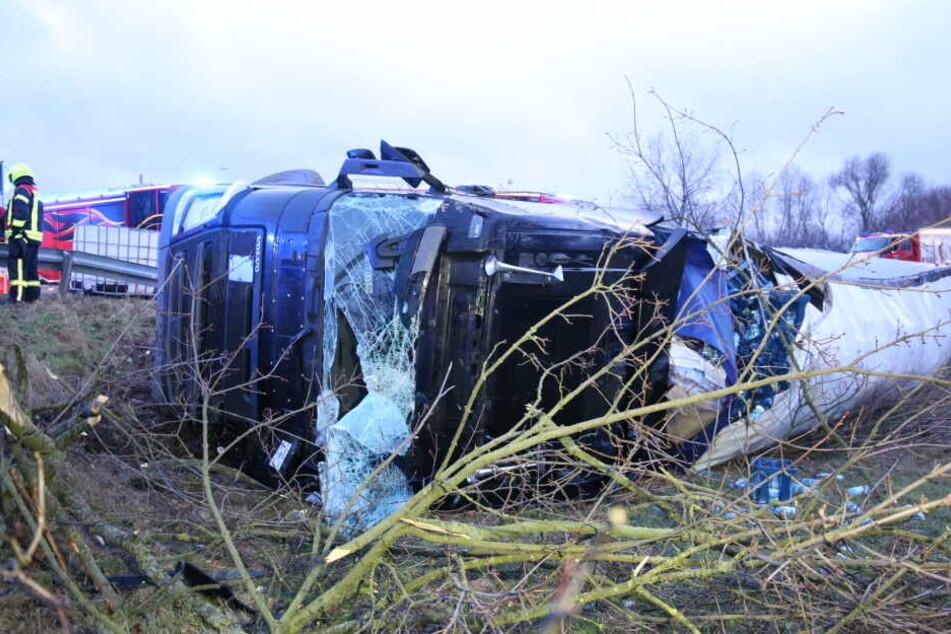 Fahrer wurde übel! Laster kracht durch Leitplanke und walzt Bäume nieder