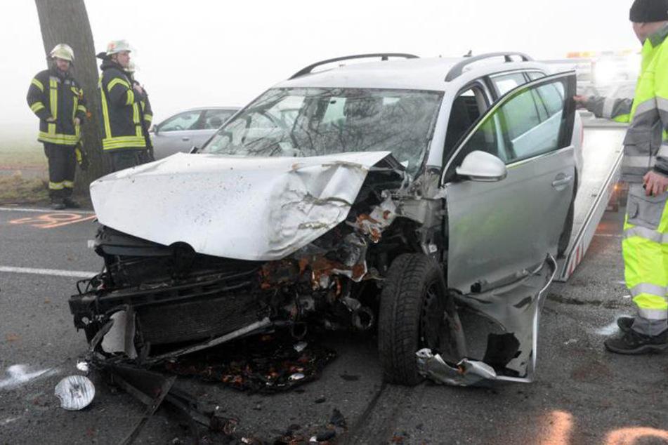 Der VW Golf krachte gegen einen Baum.