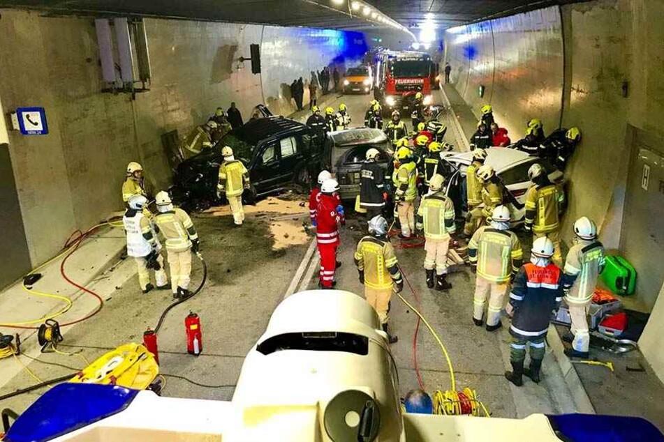 Rettungskräfte stehen am 07.01.2018 an einer Unfallstelle im Arlbergtunnel nahe Innsbruck.