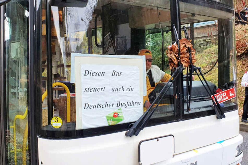 Mit diesem Schild sorgte ein Partybus am Wochenende für Aufsehen.