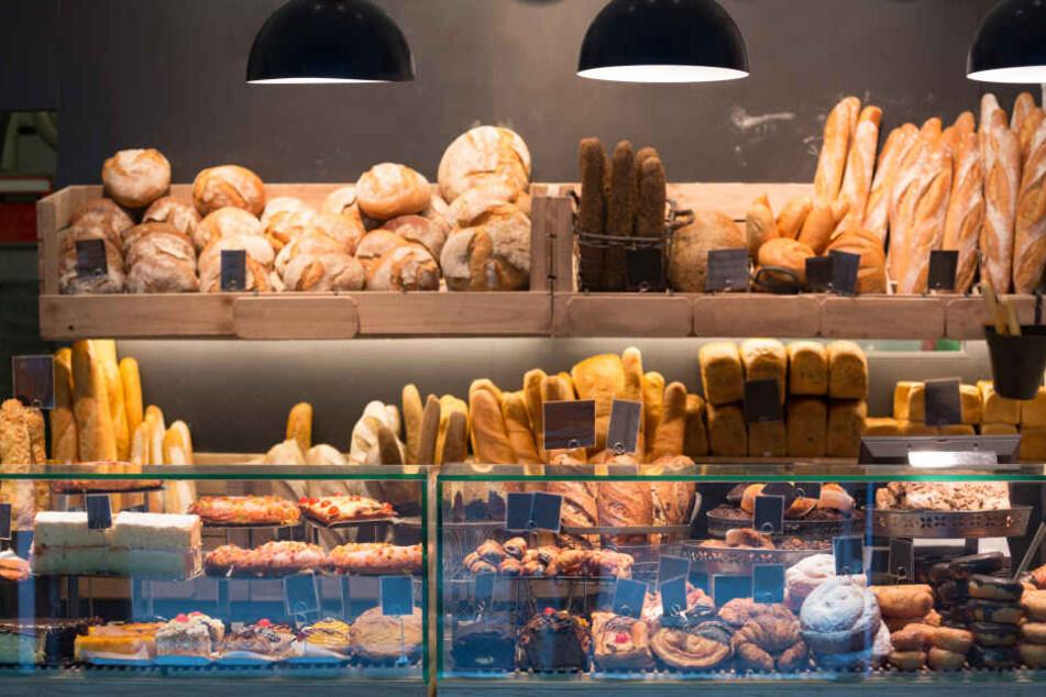 Zwei weibliche Angestellte einer Bäckerei-Filiale im Dessauer Hauptbahnhof wurden rassistisch beleidigt und bedroht. (Symbolbild)