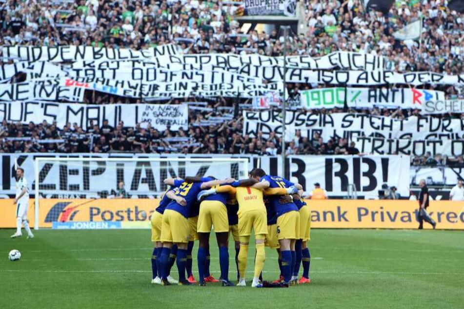 Unangenehmer Empfang: Gladbachs Fans haben am Samstag mit geschmacklosen Sprüchen gegen RB Leipzig schockiert.