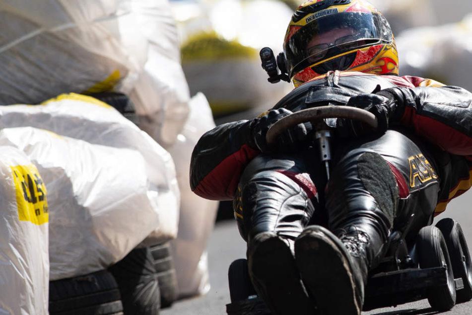 Kein Scherz: Rennfahrer rasen auf Bobby-Cars um die Wette