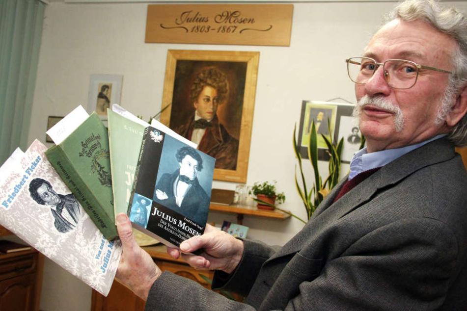 Erinnerung an einen großen Dichter: Frieder Spitzner hält im Vogtlandmuseum Schriften von Julius Mosen in der Hand.