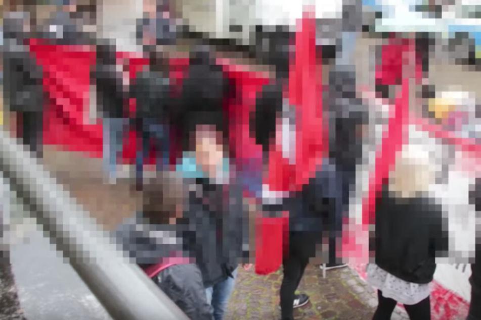 Die Aktivisten schirmten den Stand der AfD ab.