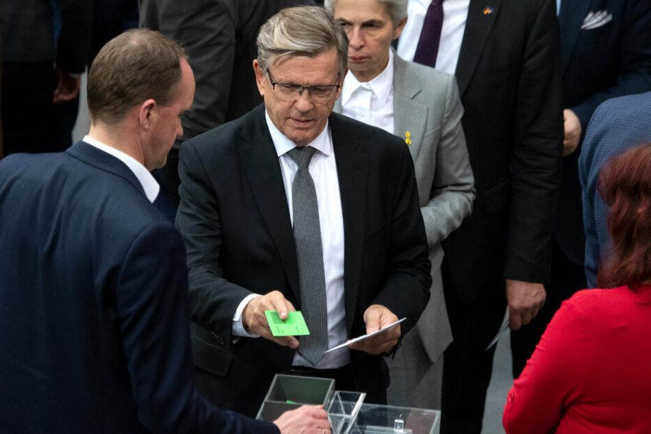Gerold Otten gibt seinen Stimmzettel ab.