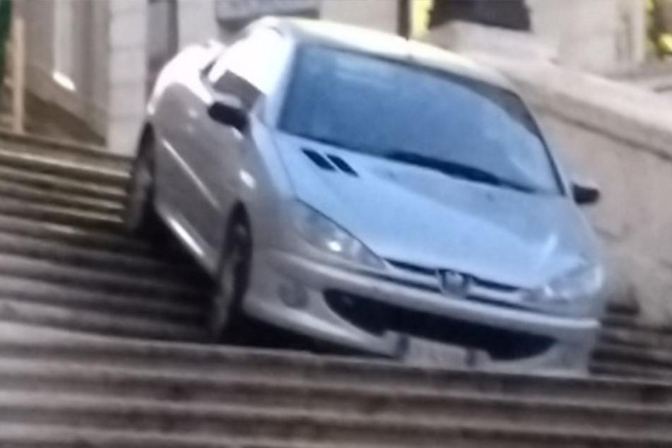 Peugeot-Fahrer kommt im Suff von der Straße ab und brettert über historische Treppe