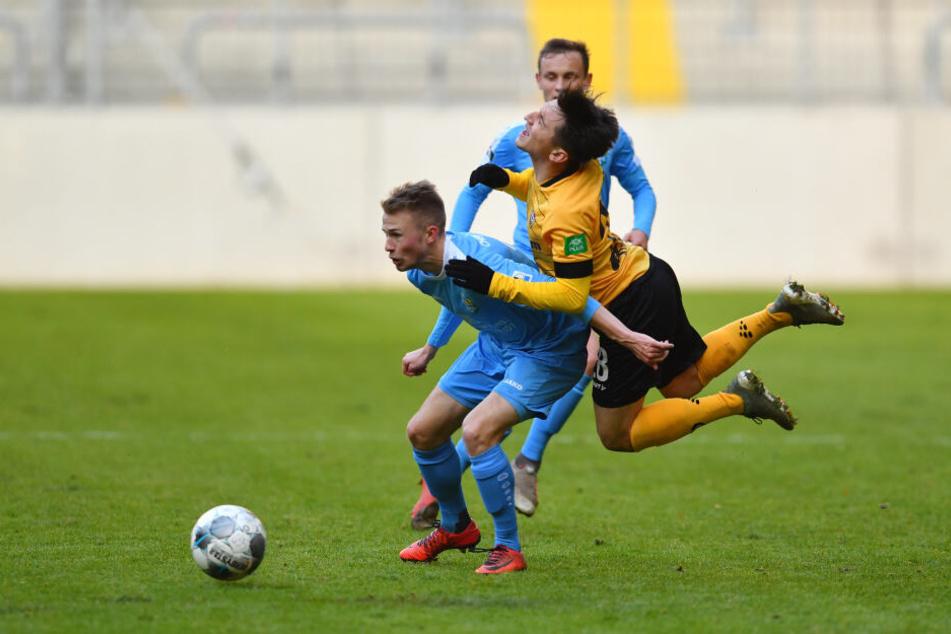 Jakob Gesien (l.) durfte beim Test in Dresden ran, lässt hier Dynamos Baris Atik abprallen.
