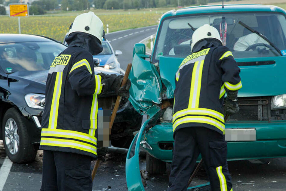 Der Fahrer des Volvo nahm dem VW Bus die Vorfahrt und krachte in das Auto. Ein Kind wurde verletzt.