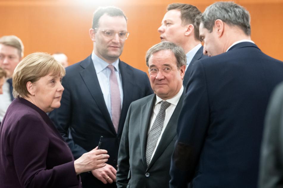 Bundeskanzlerin Angela Merkel, Armin Laschet und Markus Söder unterhalten sich.