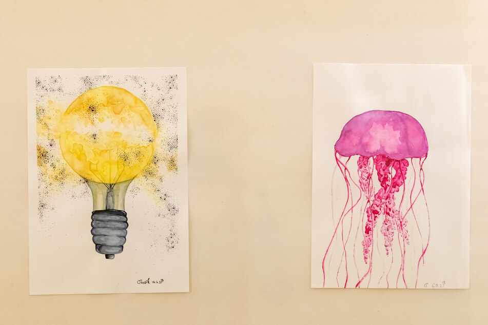"""Die Ausstellung mit Zeichnungen auf poppiger Acryl- oder Aquarell-Grundierung steht unter dem Arbeitstitel """"Die Galaxie im Einwegglas""""."""