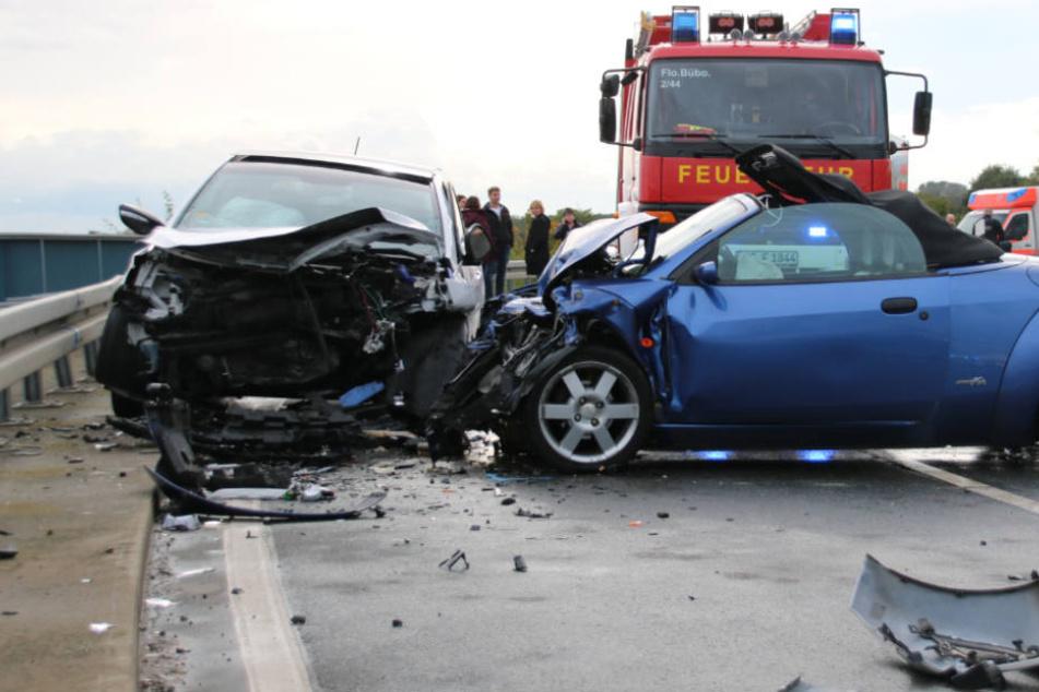 Die beiden Fahrzeuge prallten frontal zusammen.