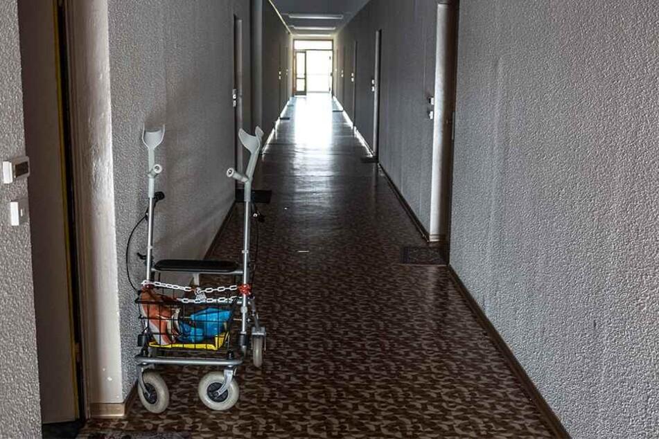 Senioren werden in den Flur oder nach draußen gelockt, inzwischen wird die Wohnung durchwühlt.