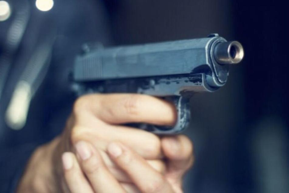 Der Maskierte richtete einen pistolenähnlichen Gegenstand auf die Angestellte.