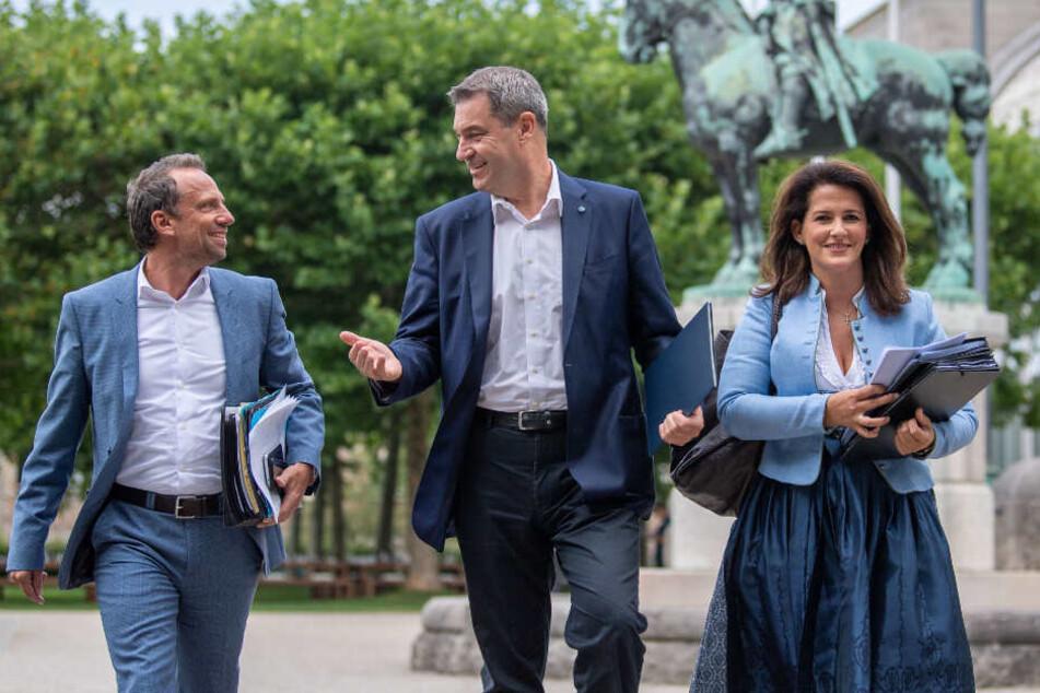 Thorsten Glauber (Freie Wähler;l-r), bayerischer Staatsminister für Umwelt- und Verbraucherschutz, Markus Söder (CSU) und Michaela Kaniber (CSU), bayerische Staatsministerin für Ernährung, Landwirtschaft und Forsten.