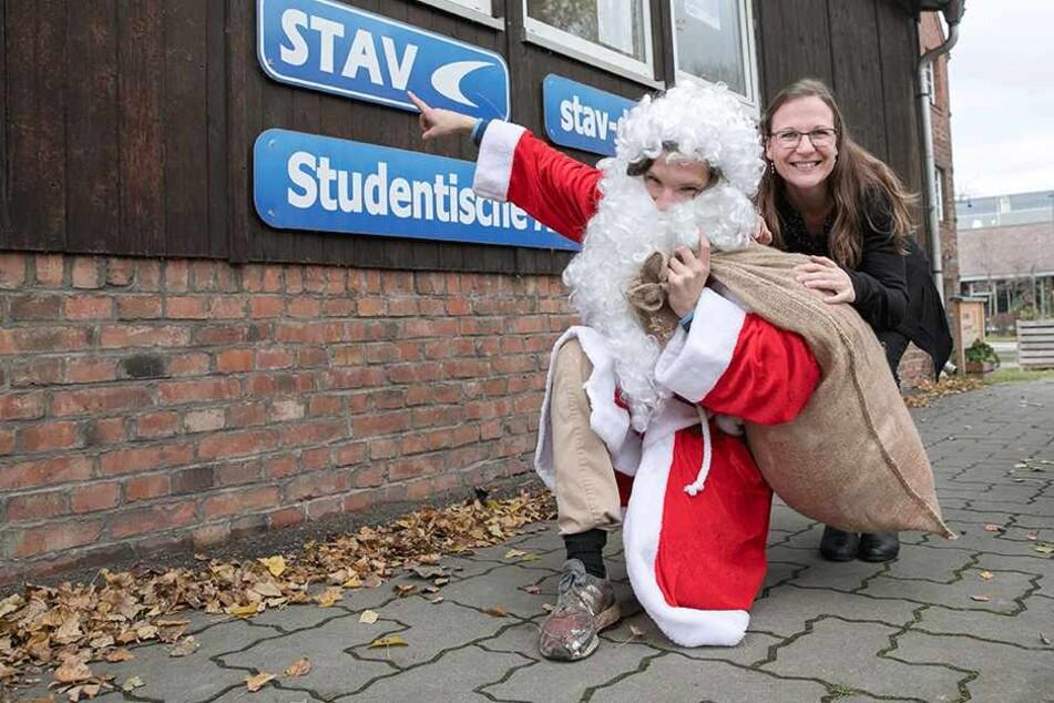 Peggy Zöllner sucht noch händeringend Weihnachtsmänner. Aktuell haben sich bei ihr in der Vermittlung 54 Männer gemeldet, die Heiligabend als Weihnachtsmann in Dresden, Coswig oder Radebeul Geschenke verteilen wollen.