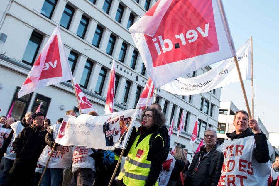Teilnehmer eines Streiks der Hamburger Bezirksämter stehen vor dem Rathaus Wandsbek.