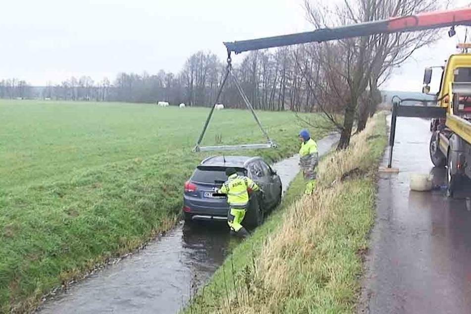 Die Rettungskräfte fanden den Mann in Schock in seinem Auto.