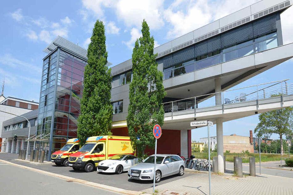 Tatort Schadestraße: Zwei Politessen verwarnten den Rettungszweckverband wegen der Krankenwagen vor seinem Haus.